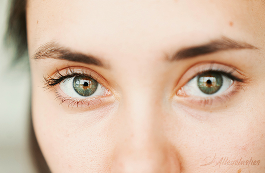 Health Risks of Wearing Fake Eyelashes [Explained]